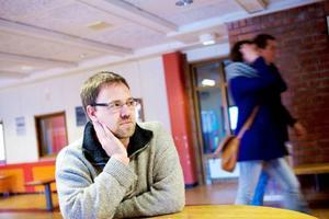 """""""Framförallt är folk oroliga för ungdomarnas framtid, inte bara gymnasieskolan och jobben. Man kan inte banta hur mycket som helst"""", säger Magnus Skårstedt, lärare på Palmcrantzskolan."""
