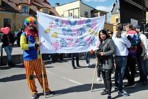 Mitra Belevad besökte Falun för att sprida ett kärleksbudskap på 1 maj, men attackerades av en demonstrant.