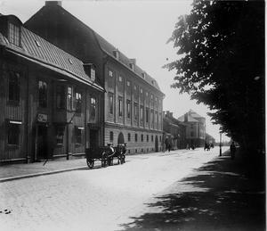 Gatan som inte längre finns. Hamngatan mot söder, någon gång 1918 - 1920. Det stora huset i bildens mitt är Hakonshus, som då ännu ägdes av grossistföretaget Manne Tössbergs Eftr. Här startade Carl Hakon Swenson Ica-rörelsen. Hakonshus revs 1978, efter en fem år lång debatt.