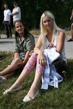 Fredrik Olsson och Hanna Lindmark tittade på kobingospelet. Det var Fredriks första gång, han hade hört talas om kobingo först samma dag. Foto: Lova Jansson