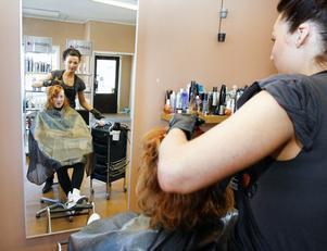 Nathalie Johansson planerar färgning och klippning av Mia Johanssons hår.