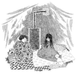 Katitzi och hennes syster Lena försöker hålla värmen uppe, efter att det hotell som familjen skulle ha bott på har avvisat dem.   Foto: Joanna Hellgren