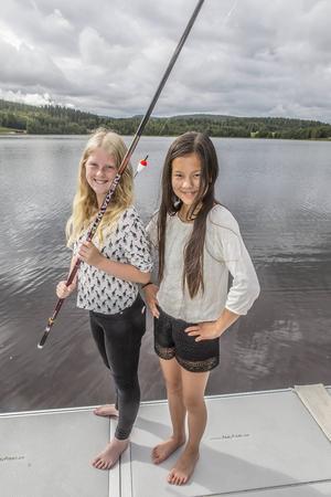 Visst fungerar det att meta med ett traditionellt rödvitt flöte. Leja Ulming, 11 år, och Hanna Strid, 13 år, gör ett försök i Sidsjön. Se bara till att sätt på mer sänke så att flötet ligger i vattenytan. Byt också till mindre krok.