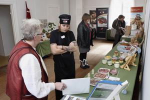 En utställning med lokalproducerad mat fanns att besöka under dagen. Cissi Ramsby, som jobbar för Hälsinglands kök, pratar med Lillemor Karlsson som hade med mat från Nordfår slakteri.