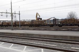 Tvärs över järnvägsspåren pågår lastningen av massaved oavbrutet.