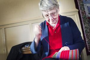 Gerd Munther fållade en Sverige juls-duk hon vävt.