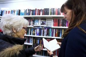 Karin Hillbom tycker det är lättare att läsa med lite större text. Kerstin Ingegärdsdotter visar upp en bok.