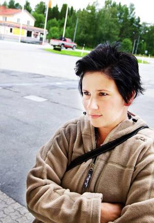 """Ulrica Berlén, från Nordannälden, är väldigt beroende av bil. """"Jag går i skola i Östersund och jobbar i Trångsviken, så jag måste ha bil. Det går nästan inga bussar alls härifrån.Vi måste ha bra vägar"""", säger hon."""