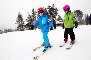 Lias Wiklund och Nilas Alsén testade nya skidutrustningen på lördagen.