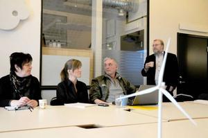 Längst till höger står Torbjörn Laxvik som är projektledare för Vindkraftcentrum.se som har i uppdrag att informera om vilka möjligheter som uppstår när branschen tar fart på riktigt.