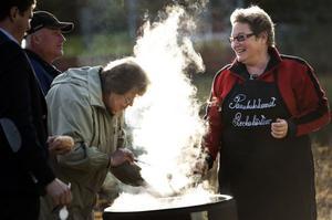 Katarina Jansson och Birgitta Hallstener serverar mat till besökarna av invigningen