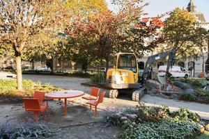 Stolarna flyttas närmare borden i Hedbergska parken så att alla kan sitta fint.