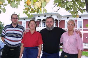 Lasse Forslin, Bergsjö, makarna Yvonne och Tommy Svedberg samt Katarina Molarin, Gnarp,  sköter ruljangsen på Bergsjö hotell.