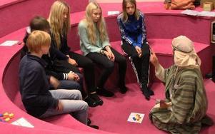 En lektion i matematik. Kerstin Bohlin som matematikern Muhammed Ibn Musa al Khwarizmi inspirerar elever från Jernvallsskolan i Sandviken.