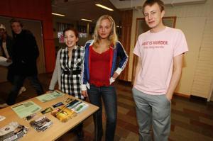 Mathilda Carnebo, Ida Gabrielsson och Nisse Sandqvist försöker skapa opinion mot regeringens skolpolitik. Under tisdagen var man i Sveg. Foto:  HÅKAN DEGSELIUS