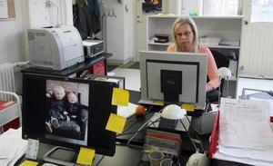 Louise jobbar med att ta emot beställningar från kunder