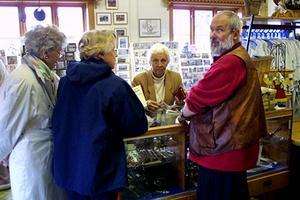 Ateljén och butiken i Bjuråker har lockat många besökare om somrarna.