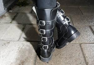 Kängorna med spännen kostar 1500 kronor på rea på Redrum.