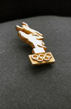 En pin från kanpanjen som skulle få sommar-OS 2004 till Stockholm finns att skåda på museet.