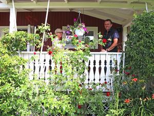 Det gamla torpet har en veranda där paret kan sitta och njuta även om det regnar.