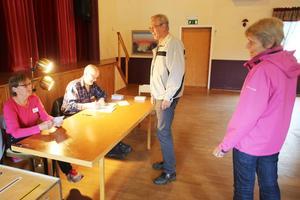 Iris Halvarsson från Glöte och Sven Mattsson från Linsell tog emot rösterna på Glötegården under söndagsförmiddagen. Margrete och Lars Sandberg från Lofsdalen var bland de första som röstade.