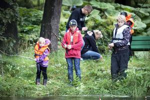 Familjen Hellström prövar fiskelyckan. Maya, William och Adrian väntar spänt på att någon fisk ska nappa.