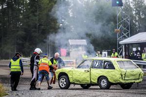Och det händer att bilarna börjar brinna.