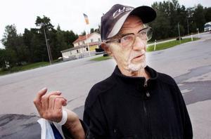 """Klaus Juchert, från Ytterån, kör bil väldigt sällan. Det är bara om han ska in till Östersund han tar bilen. """"Jag brukar väl tanka 40 liter ungefär varannan månad"""", säger han. Ska han bara vara i Ytterån väljer han att promenera i stället. """"Jag kör aldrig korta sträckor"""", säger han."""