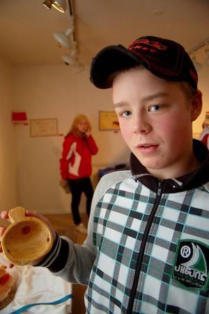 """Linus Nilsson visar upp en kosa på utställningen. """"Den första jag gjorde fick sönder"""", säger han.Foto: Jonas Ottosson"""