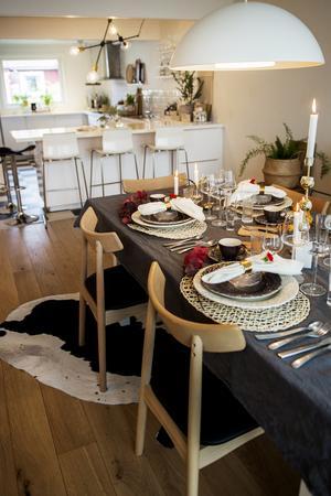 Matsalsbordet är dukat för fest.
