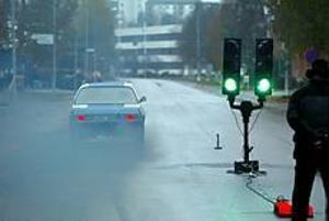 Den regnvåta asfalten innebar att de tvåhjulsdrivna bilarna spann ordentligt i starten. Tony Greis, en av arrangörerna, spinner iväg på sin premiärtur.Han och kompisen Joakim Balkefors har kämpat i ett halvår för att kunna arrangera blackrace i Gävleborg. I går blev drömmen verklighet. Foto: ANNAKARIN BJÖRNSTRÖM