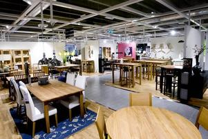 Mer plats. De nya lokalerna är dubbelt så stora som de tidigare. Nu kan man visa upp möblerna i färdiga rum.