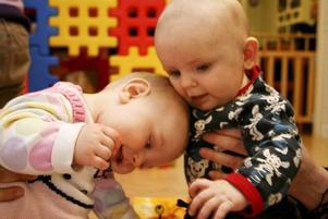 bästisar. Alfons Dahl, 6 månader, och Ninja Nelin, 6,5 månader, har hittat varandra på Svenska kyrkans förskola där de är flitiga besökare.