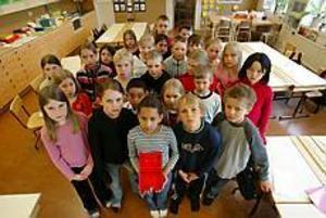 Arkivbild: FRANK JULIN Fick bidrag. I dag är det gladare miner i klass 2 A på Söderskolan. Det blir en klassresa till Borlänge, trots att reskassan stals.