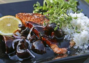 Bildtext 3: Asiatisk ostronsås och lagrad soja har mycket umamismak. I kombination med lax och svamp är det idel umamirika råvaror som möts.    Foto: Dan Strandqvist