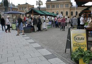 Många kikade, provsmakade och handlade på säsongens första Bondens marknad.