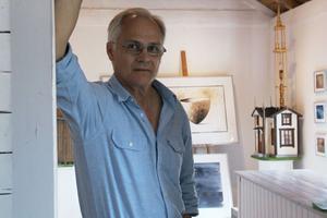 Konstrundan har vuxit och blivit etablerad. Besökarna tycker det är roligt att kunna komma hem till olika konstnärer och se hur de jobbar. Det var också grundtanken med den när vi startade. I augusti är det dags igen, säger Leif Nordlöf i Ämnebo.