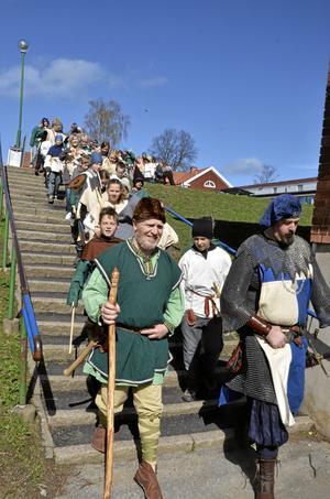 Vikingar och riddare. Fjärdeklassare från Lekebergsskolan marscherar till hembygdsgården i Högan ledda av en viking och en riddare. bild: Lars-Ivar Jansson