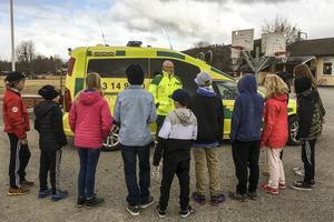 Ambulanspersonalen visade upp sig och berättade om sitt arbete.