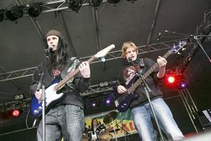 Charlie Andersson, Ali Cojocarn och Victor Kettunen spelade Knocking on Heavens Door.