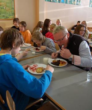 Både kommunalrådet Kjell Tenn och eleverna åt med frisk aptit då MT besökte Älvdalsskolans matsal på torsdagen.