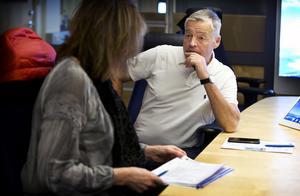 Lars Eriksson, chef för utredningssektionen vid polisområde Västmanland lägger upp dagens arbete med gruppchefen Agneta Massaro, som ansvarar för bedrägeriutredningar.