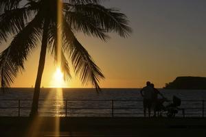 Varje kväll samlas folk på stränderna för att njuta av och föreviga de magiska solnedgångarna.