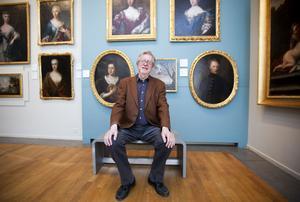 """Det är här han trivs bäst.  Peder Mellander har som chef profilerat länsmuseets    konstsamling. I bakgrunden en av hans favoriter: den sällsynta fläckiga ekorren vid Högbo bruk som J A Weise målade på 1700-talet. """"Den berättar en stor historia om Gästrikland"""",    säger Peder Mellander."""