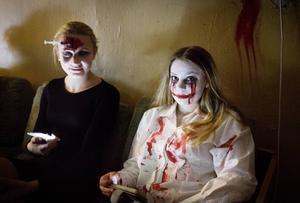 Julia Eriksson och Klara Åslund var med och ordnade Halloweenfirandet i Iggesunds skola på torsdagen.