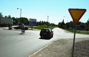 Farlig korsning. Korsningen Järnvägsgatan/Nämnsbovägen och Verkstadsgatan i Säter är farlig. Det behövs markeringar även på vägen för att bättre uppmärksamma bilister på vad som gäller i korsningen, tycker en Säterbo som vänt sig till tidningen.