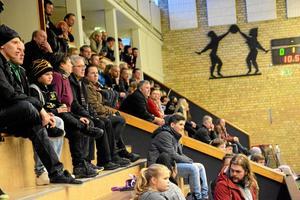 Fredagens derby mot WSK drog runt 300 personer. Även söndagens match i damernas division 3 lockade många åskådare.