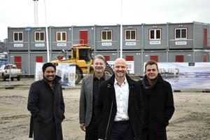 Anders Strandberg är företrädare för de Sundsvallsbor som ska bygga radhus på Norra kajen. De tar hjälp av Mattias Jakobsson och Arne Pettersson från mäklarfirman Husman Hagberg och marknadsföraren Nicklas Sångberg.