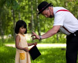 Mr Udd med assistent. Linda Risberg, 5 år, från Ludvika hjälpte Mr Udd att trolla bort både kula och trollstav. –Det var väldigt vad du var duktig på att trolla, berömde Mr Udd. Linda såg mest häpen och glad ut.