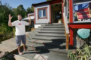 Regnade eld. När Björn Gross kom ut i sin trädgård under natten då HVB-hemmet brann föll brinnande flagor över hans trädgård. Han och familjen tog fram vattenslangen och spolade huset och tomten.
